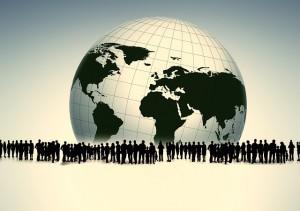 Menschen vor Weltkugel